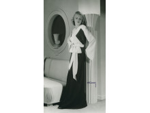 Helporträtt av kvinna i långklänning, Nordiska Kompaniet 1940