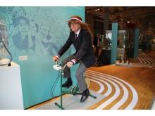 """Dr. Volker Rodekamp auf dem Trimm-dich-Rad in der Ausstellung """"In Bewegung - Meilensteine der Leipziger Sportgeschichte"""""""