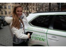 Alena Gerber mit ihrem neuen Plug-in Hybrid Outlander