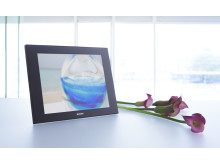 DPF-D100_10inch_livingwithflower_black_pic2_high