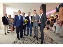 Die Repräsentanten der DEHOGA überreichen die Vier-Sterne-Klassifizierung an Hoteldirektor Robert Bauer