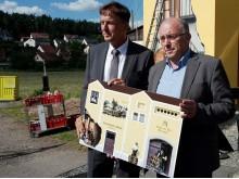 """Martin Hanner vom Bayernwerk und Bürgermeister Georg Butz präsentieren den """"Hopfentransformator""""."""