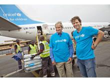 Norwegianin toimitusjohtaja Björn Kjos ja Norjan UNICEFin pääsihteeri Bernt G. Apeland