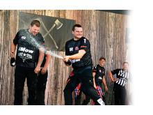 SLAPP JUBELEN LØS: Timbersports-utøveren Vebjørn Bleka Sønsteby fra Brøttum kunne glede seg over sin første internasjonale seier i konkurransen «Helsingborg Cup» lørdag. Foto: Tommy Holl