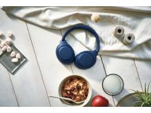 Sony_WH-XB900N_Blau_Lifestyle_04