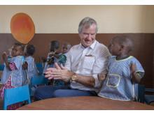 Norwegians koncernchef Bjørn Kjos med skolbarn i den Centralafrikanska republiken