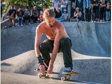 Kenny Coombs, från Portland Oregon USA, kör en Frontside Fifty Fifty Mute Grab i Actionpark Göteborg.