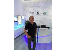 Uwe Wanger im neuen Deutschen Reisebuero in Hangzhou_China