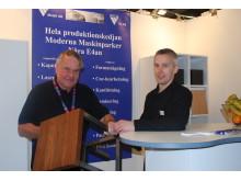 Anders Rittfeldt och Kristoffer Davidsson visar upp en caféstol där både WOG Metall och WOG Trä har varit involverade i produktionen.