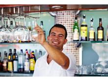 På de mange All Inclusive-hoteller starter ferien med at give personalet et a conto-beløb i drikkepenge – så glemmer bartenderen dig ikke…