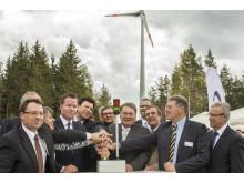 Foto: Los geht's: Bei der feierlichen Eröffnung am Montag haben Investoren, Landwirtschaftsminister Helmut Brunner und Ehrengäste den symbolischen Startknopf für den Windpark Tannberg-Lindenhardt südlich von Bayreuth gedrückt.