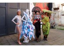 """Vorstellung der Mode-Kollektion der Freien Akademie Köln: Das Waschsalon-Outfit """"in vacuum"""" von Franziska Munsch, das 'Geisha'-Kleid von Marco Stern und das grüne Seidenkleid in Kombination mit einem Hut aus einer Badematte von Jana Wahn (v.l.n.r)"""