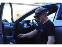 Torger Fuglerudsveen, bilberger og bilansvarlig hos Falck i Oslo, prøver HoloLens 2-brillene