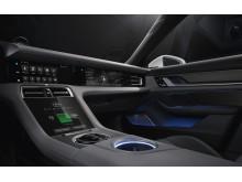 Interiören i den helelektriska sportbilen Porsche Taycan. Klassiska designdetaljer har omtolkats och förts in i den digitala åldern.
