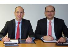 Dr. Egon Westphal, Technikvorstand der Bayernwerk AG, und Bayerns Finanzstaatssekretär Albert Füracker bei der Vertragsunterzeichnung (von links).