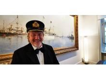 Uwe Wanger hat sichtloich Spaß an dem Thema Titanic, hier mit einer von vier Originalmützen aus dem Film