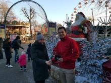 Marketingschef Morten Palm sammen med Kristina, der blev gæst nr. 600.000 i Tivoli Friheden