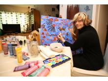 Malen: Angelika R.* bei ihrem liebsten Hobby, dem Malen.