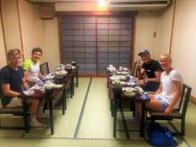 Casper Stornes, Gustav Iden, Kristian Blummenfelt og Julia Hauser fra Østerrike liker seg i Japan