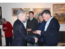 Leif Tronstads sønn får overlevert minnemedaljen over sin far