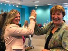 ODAs Mailen Greve gir Oslos ordfører Marianne Borgen en high five på Girl Tech Fest.