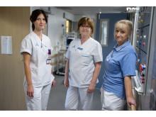 Klinisk farmaceut Jeanette Andersson tillsammans med sjuksköterskan Helen Isberg och chefsjuksköterskan Anna Cohen.