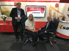 Stephan Bengtsson, Frida Bengtsson och Tore Flaterud visar upp stolar på Elmia Nordic Rail.