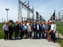 Foto: Bürgermeisterinnen und Bürgermeister des Landkreises Deggendorf mit den Vertretern des Bayernwerks vor dem Umspannwerk in Plattling.