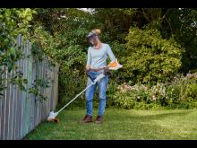I tillegg til regelmessig vanning, burde gresspleie inkludere trimming. av kanter. En batteridrevet gresstrimmer er nyttig, og kan brukes uten hørselvern