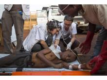 En skadad får hjälp av Läkare Utan Gränser. Foto: William Daniels.
