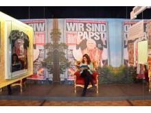 """Blick in die Ausstellung """"Deutsche Mythen seit 1945"""" im Themenbereich """"Wir sind Papst"""""""