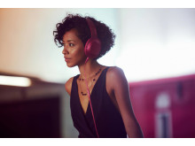 MDR-100 von Sony_Bordeaux-Pink_Lifestyle_03