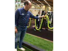 Pierre Hansson, säljare för Lappset södra Sverige, visade hur deras nya Vågstång fungerar. Genom att föra ringen i vågrörelser längs stången får armar och axel motion.