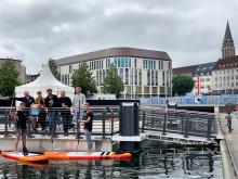 Das Besondere des Kieler Bootshafensommers ist die schwimmende Bühne