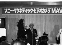 Akio Morita trzyma prototyp aparatu Mavica w dniu premiery
