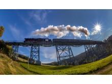das Markersbacher Viadukt wird von einem historischen Zug der Erzgebirgischen Aussichtsbahn überquert