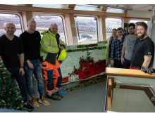 2020 12 10 Asbjørn, parents and some crew members in front of LEGO mosaic - credits ESVAGT