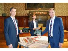 Jörg Zeißig, Michael Körner und Oberbürgermeister Burkhard Jung präsentieren das neue digitale Stadtmodell von Leipzig
