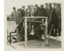 Henry Ford bevittnar Thomas Edison signera den första hörnstenen av Edison Institute, 27 september 1928.