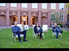 Prof. Josef Focht, Leontine Meijer-van Mensch und Dr. Olaf Thormann präsentieren die neuen Sitzgelegenheiten im Innenhof des Grassimuseums