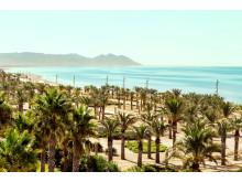 Strandene er kilometerlange og op til 100 meter brede. Modsat andre steder i Spanien er der god plads til at brede ens badehåndklæde ud.