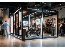 Der weltweit erste BMW Motorrad Pop-up Store eröffnete am 21. September in der Münchner SportScheck Filiale.