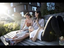 Amalie Møller Andersen (tv.) med veninderne på tagterrassen på Nordbro