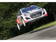 Thierry Neuville flyr høyt i Rally Tyskland