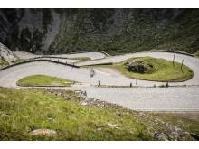 Radlegende Bruno Risi unterwegs auf der spektakulären Tremola am Gotthardpass © Schweiz Tourismus