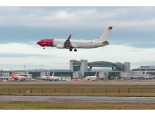 737-800 lands Gatwick