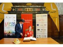 Romy Kasper trägt sich in das Goldene Buch der Stadt Leipzig ein