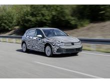 Nya Volkswagen Golf som kamouflerad prototyp.