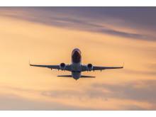 Norwegianin Boeing 787 Dreamliner lähdössä auringonlaskussa