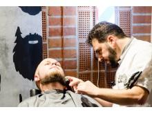 Barberare trimmar skägg för välgörenhet på Spånga Beard Party